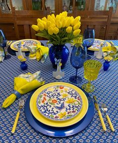A Bit of French Provincial on the Table — Whispers of the Heart Yellow Dinner Plates, Yellow Table, Blue Table Settings, Beautiful Table Settings, Summer Table Decorations, Decoration Table, Blue Glass Vase, Fall Table, Thanksgiving Table