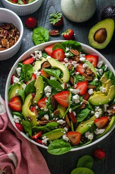 Strawberry Avocado Spinach Salad with Greek Yogurt Poppy Seed Dressing. This simple salad is creamy crunchy nutty fruity and tangy! Avocado Spinach Salad, Greek Yogurt Dressing, Poppy Seed Dressing, Cuisine Diverse, Spinach And Cheese, Fresco, Healthy Salad Recipes, Healthy Meals, Easy Salads