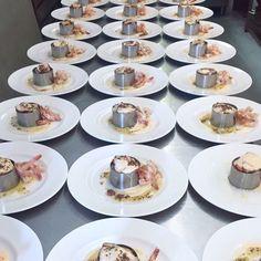 A punto de servir!! Nos gusta ver como nuestros platos van cogiendo forma!! 🍽😋#airolocatering #airolo #gastronomia #bodas #emplatado #todolisto #langostinos
