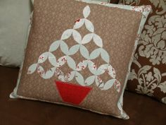 Christmas Tree Topiary Pillow @ Amy Made That! - The Crafty Quilter Welcome To Christmas, Christmas In July, Christmas Cats, Christmas Ideas, Christmas Decorations, Christmas Wall Hangings, Christmas Pillow, Christmas Quilting, Christmas Tree Topiary