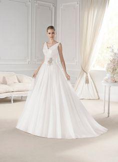 #Vestido de #novia con corte de princesa, tirantes y escote en V, con detalle. Modelo ESTIBALIZ. chantu.es