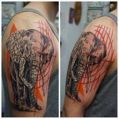 elefant oberarm tattoo wiesbaden