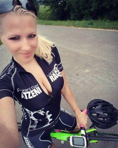 """Gefällt 1,009 Mal, 17 Kommentare - Kristin Atzeni (@kristin.atzeni) auf Instagram: """"after the training ☀#sexycyclingcalendarswiss #spazieren #spazierengehen #jeansstyle #jeanslook…"""""""