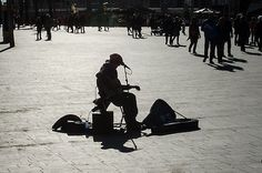 Nauran auringolle: Street musician