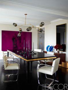 照明および特注のテーブルはNYを拠点とするデザイナー、リンゼイ・アデルマンのもの。ミース・ファン・デル・ローエのチェアには、「Jerry Pair」のレザーがあしらわれている。キャンドルスタンドは、「Jeff Zimm...
