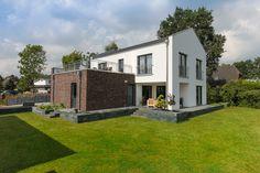 Modernes Einfamilienhaus mit Satteldach Architektur & Garage als Flachdach Anbau - Haus bauen ECO Bauhaus Modern Classic Elmshorn Massivhaus - HausbauDirekt.de