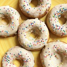 Having sweet cravings? Try one of our favorite go-to's! At 64 cals/2f fat/5g carbs/6g protein, you can even afford to enjoy two  especially since those are the macros WITH the frosting! Yesss. Protein Donuts