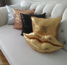 52 Fancy DIY Pillow Ideas 52 Fancy DIY Pillow Ideas The post 52 Fancy DIY Pillow Ideas & Couvre-lit appeared first on Pillow . Diy Throws, Diy Throw Pillows, Old Pillows, Baby Pillows, How To Make Pillows, Cat Pillow, Pillow Room, Decorative Pillow Covers, Decorative Items