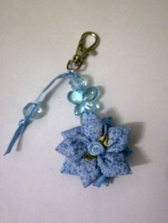 CHAVEIRO DE FUXICO Crochet Projects, Sewing Projects, Key Covers, Crafts To Sell, Fabric Flowers, Belly Button Rings, Sewing Crafts, Clip Art, Christmas Ornaments
