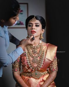 harinifinejewellery is known for its extraordinary Diamond Kundan Gold and Polki jewellery. From contemporary to classic to timeless South Indian Wedding Saree, South Indian Bridal Jewellery, Indian Bridal Sarees, Wedding Silk Saree, Indian Bridal Outfits, Indian Bridal Fashion, South Indian Bride, Bridal Jewelry, Indian Weddings