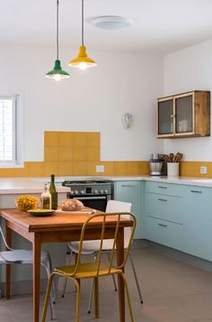 """המטבח """"אחרי"""". ארונות פרומייקה מ''הום סנטר'', משטח אבן קיסר לבן,  ארון וינטג' ואריחים בצבע חרדל ( צילום: שי אפשטיין )"""
