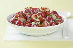Une salade de pommes de terre céleste! La saveur irrésistible du gril hissera certainement cette salade chaude au sommet des plats d'accompagnement dans votre famille! Et puisque les pommes de terres sont cuites en papillote, le nettoyage est on ne peut plus facile!