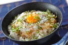 卵白と卵黄を分けるのがポイント。卵白と納豆は混ぜれば混ぜるほど、ふわふわに。シラス納豆丼/Tomozouのレシピ。[和食/ご飯もの(寿司、ご飯、どんぶり)]2011.08.23公開のレシピです。