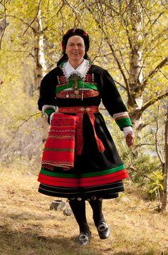 Bunad and church shawl from Setesdal,Norway  Folklorefashion.durantextiles.com