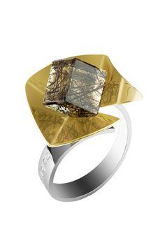 Sortija de oro, plata y cuarzo, de Belén Bajo.