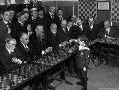 ►Samuel Reshevsky, con ocho años, venciendo en unas simultáneas a varios maestros a la vez. En Francia, 1920