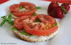 Tomato and Basil Sandwich. Just a reminder that I love tomato sandwiches. Healthy Snacks, Healthy Eating, Healthy Recipes, Free Recipes, Vegetarian Recipes, Frugal, Twisted Recipes, Cooking Tomatoes, Delicious Sandwiches