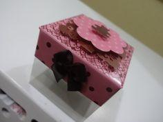 Kit para festa provençal marrom e rosa - Ursinhas em scrap. Lembrancinhas confeccionadas em papel de 180 gramas e caixinha de acetato(5x5)e decoradas com fita de cetim. <br> <br> <br>As peças podem ser feitas em tons de lilás ou rosa.