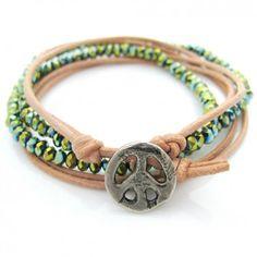 Das Armband Little Peace in Grün von Lesvar ist ein Armschmuck im Hippie-Style: Handgemacht in Deutschland aus Rindleder, Glasperlen und einem Peacezeichen aus Metall. Versandkostenfrei bei melovely.de