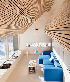 Benk som sekundær sitteplass (mindre terskel for uformalitet), satt opp mot primærsitteplass (kommunisering i sofa er mer intimt og har høyere terskel for flere til å benytte). Hytte av tommie wilhelmsen.
