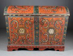 Rosemalt kiste med fot, eierinitialer og dat. 1827. L: 110 cm., hengsler mangler nagler.
