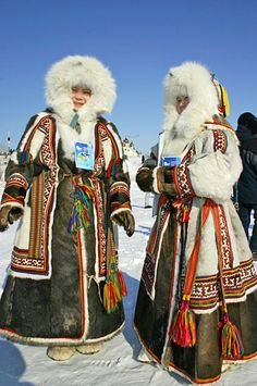 The Sakha (Yakutia) Republic (Russian: Республика Саха (Якутия), tr. Yakut: Саха Өрөспүүбүлүкэтэ, Sakha Öröspǖbülükete) is a federal subject of Russia (a republic). Folk Fashion, Ethnic Fashion, Indian Makeup Looks, Siberia, Polo Norte, Tribal Face, Native American Images, Red Indian, Fashion Silhouette