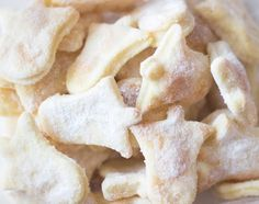 Hledáte křehké, jemné cukroví, které se rozplývá na jazyku a zároveň je velice jednoduché na přípravu a můžou pomáhat i děti? Tak toto je recept přímo pro vás. Recept na šlehačkové cukroví, po kterém se jen zapráší! Šlehačkové cukroví 45 dkg hladké mouky 25 dkg másla 1 šlehačka 33% moučkový cukr + vanilkový cukr – … Czech Desserts, Snack Recipes, Cooking Recipes, Christmas Baking, Christmas Time, Christmas Cookies, Yummy Treats, Sweet Tooth, Food And Drink