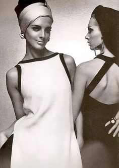Italian models Tilly Tizzani and Isa Stoppi for Harper's Bazaar, Chic Retro, Retro Mode, Robes Vintage, Vintage Dresses, Vintage Outfits, Sixties Fashion, Mod Fashion, Gothic Fashion, Daily Fashion