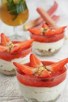 Erdbeer-Rhabarber Panna Cotta mit Streuseln