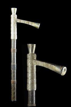 Voici un très bel objet, rare sur le marché, le Zendé. C'est une pièce à mi chemin entre le sceptre de notable et l'arme de combat, qui n'est pas sans rappeler les matraques de CRS, les fameux Tonfa. Selon nos sources locales, le Zendé est une arme de combat, qui peut être utilisé comme arme massue. On trouve ces objets dans la province du Yatinga au Burkina Faso, mais ce sont des attributs exclusivement Mossi. On peut supposer que par extention il s'agit aussi ...