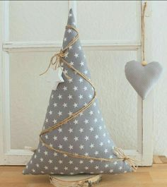 ♥♥♥ Beautiful gift and decorating ♥♥♥ A beautiful Christmas tree – Weihnachten Bloğ Christmas Makes, Rustic Christmas, Handmade Christmas, Christmas Holidays, Fabric Christmas Trees, Beautiful Christmas Trees, Christmas Projects, Holiday Crafts, Diy Cadeau Noel
