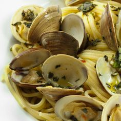 Linguine with clams in a garlicy white sauce - so easy to make!