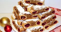 Ingrediente:<br > <br > Pentru aluat:<br > 450 gr faina de grau<br > 6 galbenusuri<br > 25 gr unt<br > 10 gr zahar vanilinat<br > 10 gr drojdie proaspeta<br > 1 lingurita zahar pudra<br > 100 ml lapte<br > <br Poppy Cake, Cookie Recipes, Dessert Recipes, Vegan Cupcakes, Sweet Cookies, Hungarian Recipes, Christmas Cookies, Waffles, French Toast