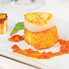 Palet de risotto croustillant au cidre et Le 1608, pétoncles et poireaux juste grillés, sauce au pesto de tomates séchées et câpres | Recettes d'ici