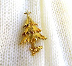 Vintage Christmas Tree Brooch. Rhinestone Star. Textured. Gold Tone. Holiday