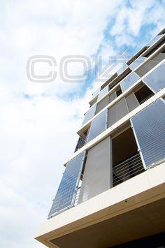 Bewegliches Schiebladensystem am Q-Cells in Bitterfeld-Wolfen    Weithin sichtbar: Eine Fassade aus hochformatigen Photovoltaikelementen, kombiniert mit beweglichen Schattenspendern aus Streckmetall, die den Eindruck von Transparenz, Offenheit und Flexibilität vermitteln, wird hier auf  gelungene Weise mit innovativer Gebäudetechnologie verknüpft.    Colt verbaute hier 210 Schiebeläden und 103 Photovoltaik-Module.     Mehr dazu unter: http://www.colt-info.de/produkte-systeme/sonnenschutz/