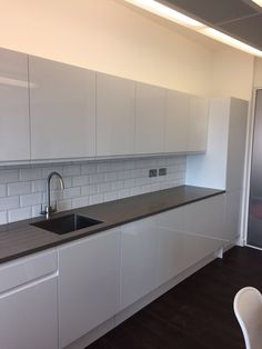 Cat B fit out of Howdens gloss white kitchen. Cat B fit out of Howdens gloss white kitchen. Black Kitchen Countertops, Modern Kitchen Cabinets, Modern Kitchen Design, Kitchen Flooring, Interior Design Kitchen, New Kitchen, Kitchen Dinning, Howdens Kitchens, White Gloss Kitchen