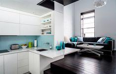 cozinha branca com faixa azul