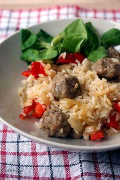 Lekki brzusio.: Ryż z warzywami i klopsikami