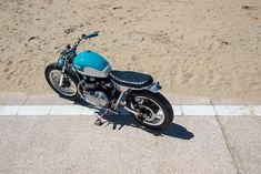 In the increasingly serious custom world, this brat style Bonneville cuts through like a cold glass of rosé at French beachfront restaurant. Bmw Motorcycles, Triumph Motorcycles, Triumph Bonneville Custom, Bmw 5 Series, Architecture Tattoo, California Dreamin', Honda Cb, Transportation Design, Custom Bikes