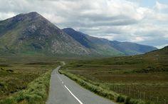 #Irland #Ireland #Landschaft #landscape #leinwand #natur #nature #berge #mountain #BabettsBildergalerie Land Scape, Illustration, Country Roads, Mountains, Nature, Travel, Pictures, Printing On Wood, Artist Canvas