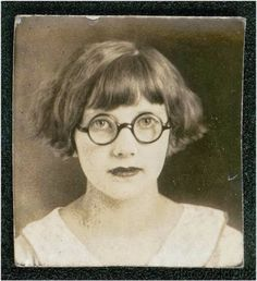 vintage everyday: Short Curly Hair – The Popular Fashion Hairstyle of Girls in… - Modern Vintage Photo Booths, Photo Vintage, Vintage Pictures, Vintage Images, Short Curly Hair, Curly Hair Styles, Portraits Victoriens, Vintage Hairstyles, Vintage Photographs