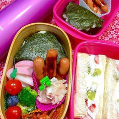 昨日は昼休みにも日本史のミニ講座があったとかで、お弁当をゆっくり食べられなかったと申しまして…( •́ .̫ •̀, ) 今日はささっと食べられるよう、おむすび弁当にしました。 こういう場合は、ペットボトルの緑茶を添えて。 朝食には、ホイップクリームと苺とキーウィを挟んだフルーツサンドイッチ。 温かいcafé au lait。JKらしいオサレな朝食?(⊹^◡^)ノo.♡゚。* 午前中の虫養いにはチョコレートプリン。 午後のおやつはチョコレートメロンパン( ❝̆ ·̫̮ ❝̆ )✧  今日は学校からまっすぐ塾へ行く予定なので、おむすびとソーセージのミニセット弁当も持たせてます。  センター試験ま - 33件のもぐもぐ - 塩鮭おむすび弁当(⊹^◡^)ノo.♡゚。*フルーツサンドイッチもあるよ〜 by Blueberry