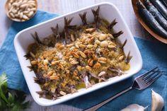 Le sarde al forno sono un secondo piatto velocissimo da preparare, che racchiude tutta la bontà del pesce fresco, condito con pangrattato e pinoli.