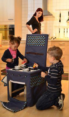 Diese Kinderküche entstand aus einer dunkelblauen Stoffhusse (75% Baumwolle, 25% Polyester. Waschbar bis 30Grad). Die Stuhlhusse passt sich durch d...