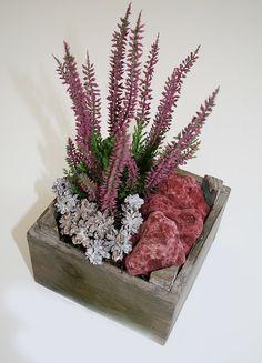 Za okno můžete postavit truhlík v podzimních tónech, osázený odolným vřesem a zdobený i barevnými kameny, cena 279 Kč; Květinářství Floresco
