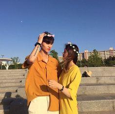 Ulzzang couples uploaded by ✿𝐑𝐨𝐰𝐞𝐧𝐚 𝐑𝐚𝐯𝐞𝐧𝐜𝐥𝐚𝐰✿ Ulzzang Couple, Ulzzang Girl, Cute Couples Goals, Couple Goals, Cute Korean, Korean Girl, Poses, Korean Ulzzang, Girl Couple