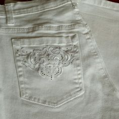 I just discovered this while shopping on Poshmark: Gloria Vanderbilt capri jeans. Size 6.. Check it out!  Size: 6
