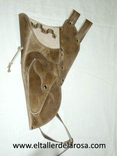 Carcaj tradicional de cinturón realizado de forma artesana en piel de vacuno de muy alta calidad y con bolsillo en la parte inferior. http://www.eltallerdelarosa.com/portaflechas/161-carcaj-de-cinturon-4502-3.html