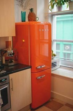 Orange Smeg fridge and freezer. I like the orange color Smeg Fridge, Retro Fridge, Retro Refrigerator, Estilo Interior, Orange Kitchen, Orange You Glad, Orange Crush, Happy Colors, Warm Colors